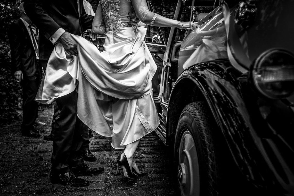 Braut steigt in Hochzeitsauto