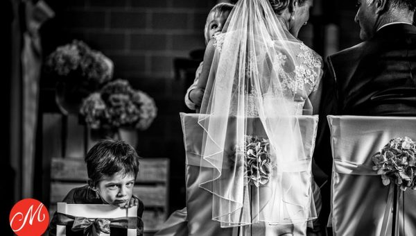 Kind bei der kirchlichen Hochzeit