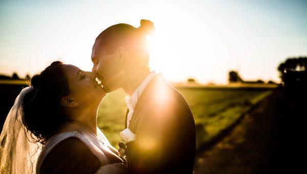 Brautpaar bei Sonnenuntergang
