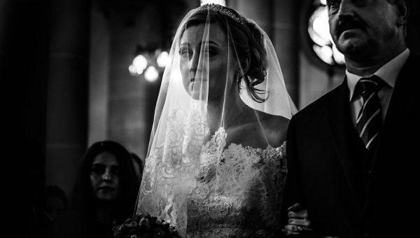 Braut Einzug mit Brautvater in die Kirche