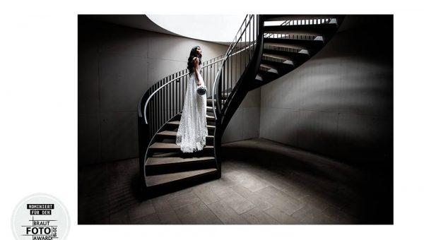 Braut auf Treppe Hochzeitsfotograf