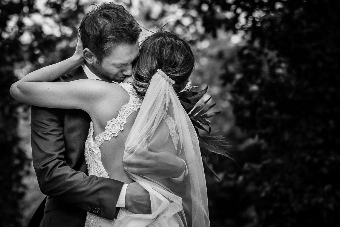 Bräutigam umarmt Braut und weint